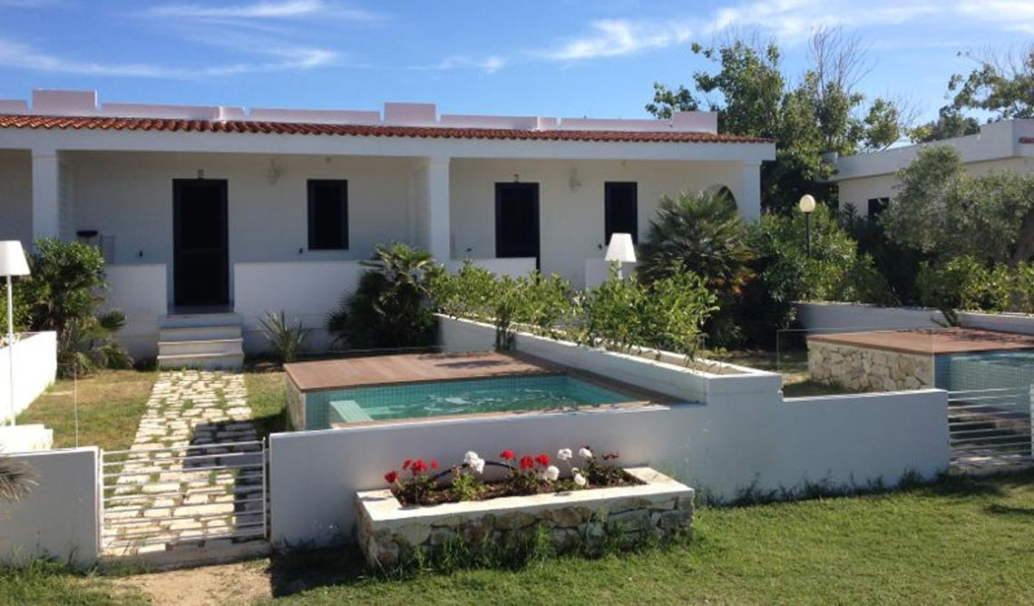 Villaggio turistico per vacanze al mare a vieste cala for Immagini di villette con giardino