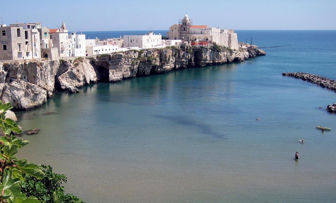 Villaggio turistico per vacanze al mare a vieste cala for Appartamenti barcellona sul mare