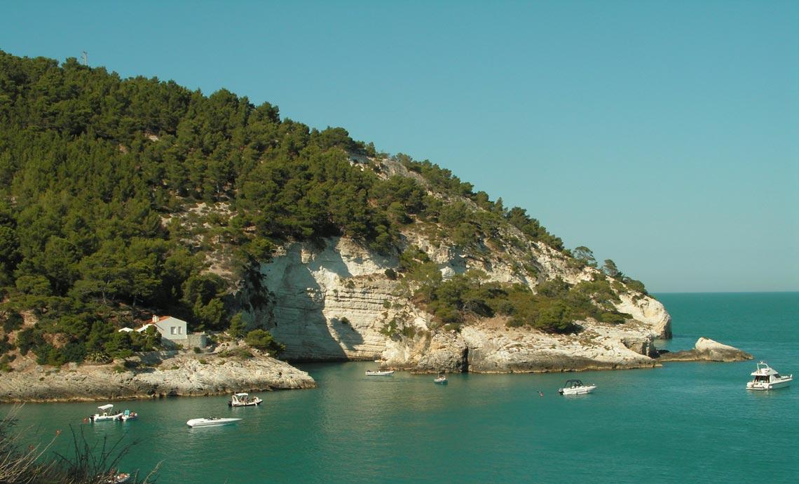 Appartamenti vacanze sul mare a vieste cala azzurra nel for Appartamenti pescoluse sul mare